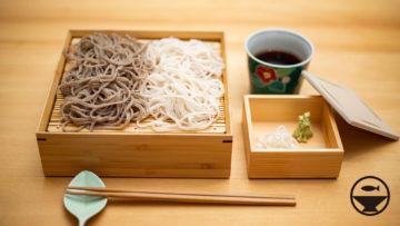 更科蕎麦と玄挽蕎麦の2色盛りを公長齋小菅のお重箱に盛って